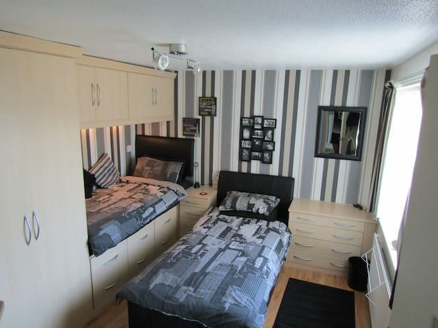 Modern & Spacious Twin Room w/ Desk in Bromsgrove - Bromsgrove - House