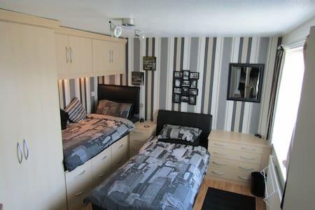 Modern & Spacious Twin Room w/ Desk in Bromsgrove - Bromsgrove - Hus
