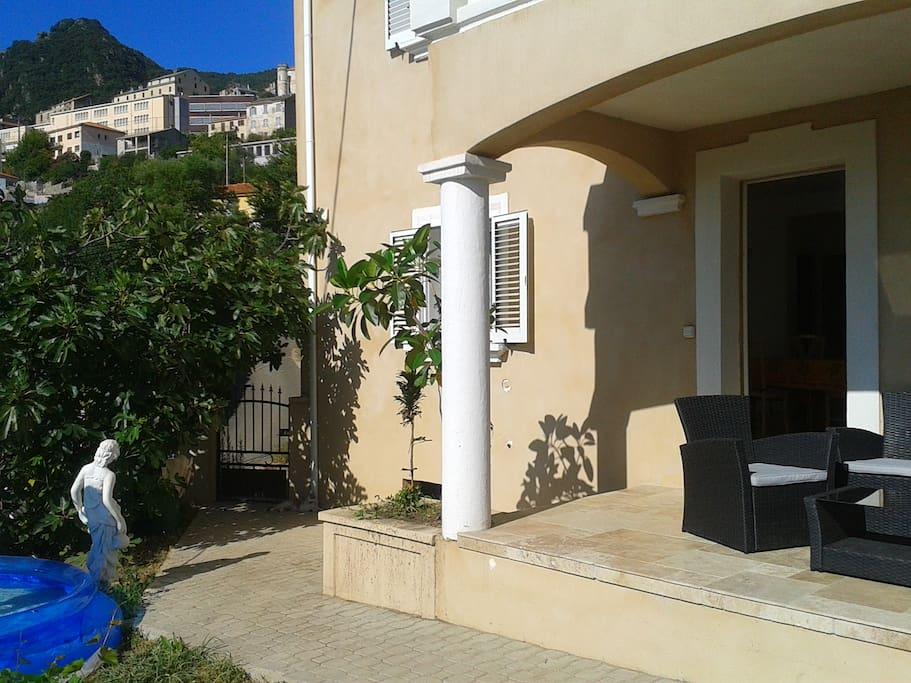 L'entrée du logement, vue sur le Village de Cervione