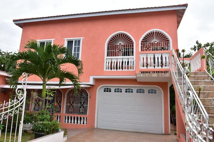 Violet's COZY Vacation Paradise, Ocho Rios,