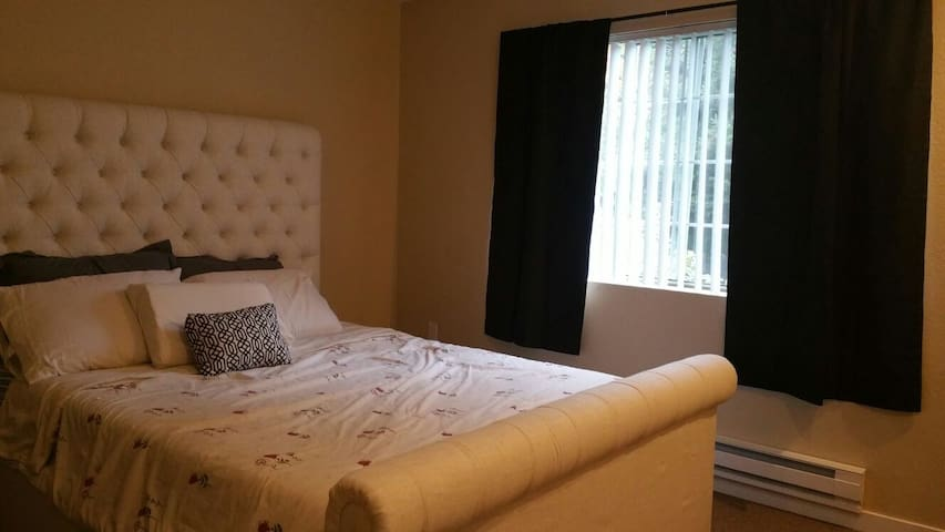 Peaceful and comfy bedroom - Federal Way - Apartment