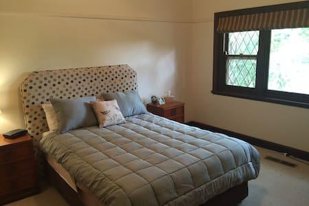 Comfortable & Private Master Suite. - Eaglemont