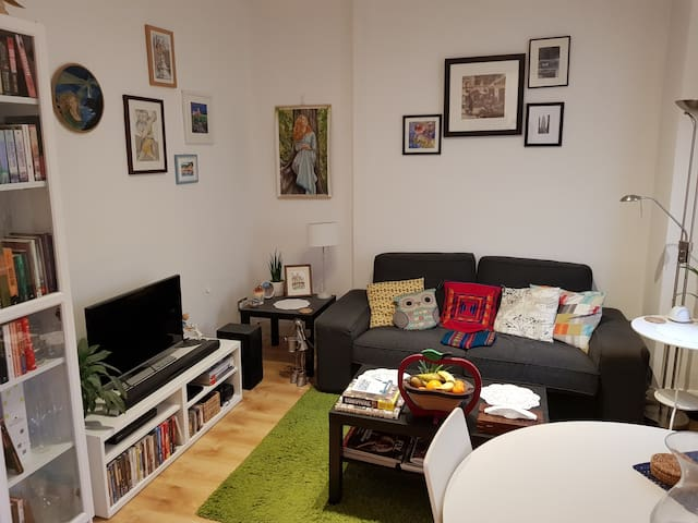 Solo traveller's bright & colourful Portobello pad