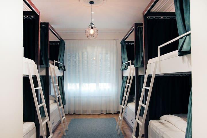 ★★Karavan Inn Deluxe Eight-Bed Dorm★★