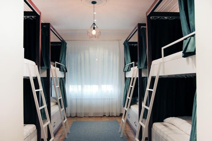 ★★Karavan Inn Deluxe Eight-Bed Dorm★★