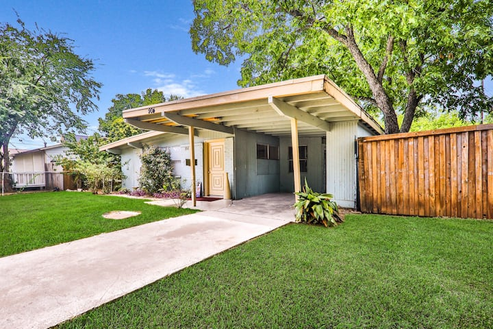 Dog-friendly home w/covered carport - walking distance to AT&T Stadium!