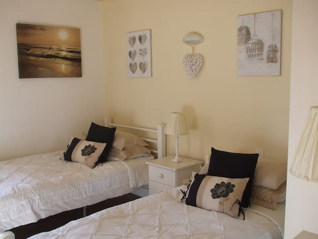 Cottage in Auvergne - B&B - Twin bedroom