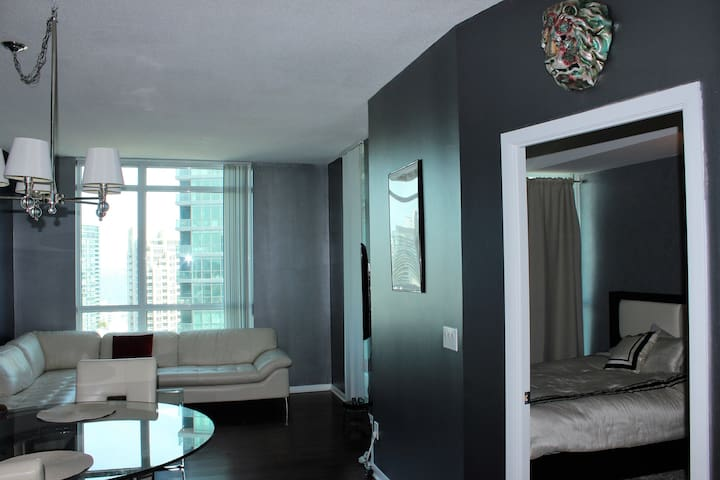1 Bdrm Suite in the Heart of Toronto W/ Parking - Toronto - Appartement en résidence