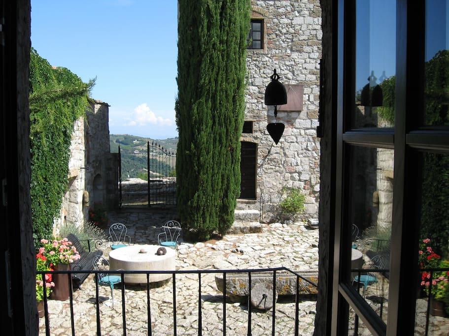 Der schoene Innenhof vor dem Turm laedt zum Verweilen ein. Besonders schoen ist es, am Abend ein Glas Wein am Muehlstein zu trinken.
