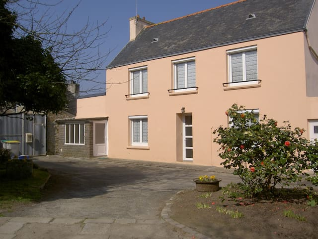 maison 120 m2, avec jardin et cour - Pont-l'Abbé - House