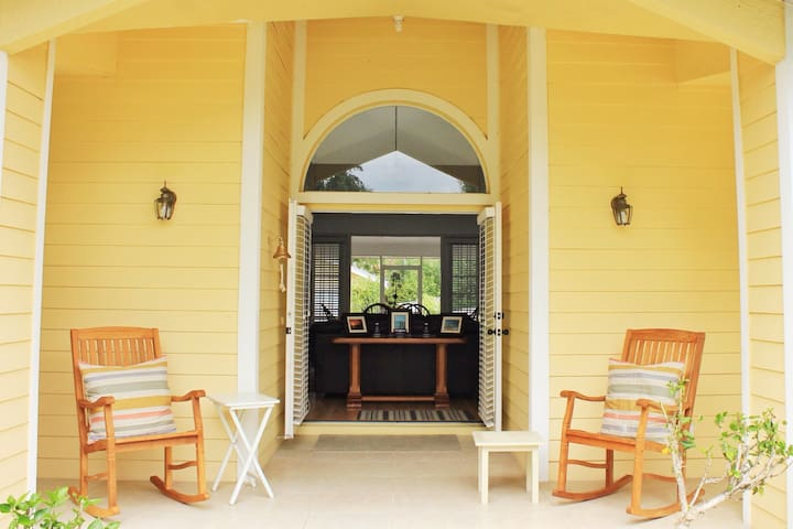 PRIMROSE COTTAGE 2miles BEACH 225+Positive Reviews - เนเปิลส์ - ที่พักพร้อมอาหารเช้า