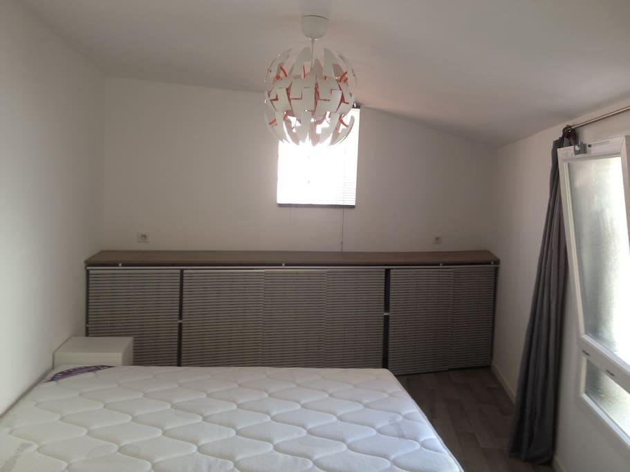 La chambre avec des rangements  tout au long s'étend sur 16m2.