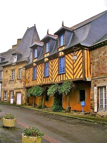 """Chambre """"Un Air de Famille"""" - Bécherel - ที่พักพร้อมอาหารเช้า"""