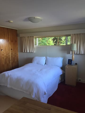 Cosy bedroom with garden views - West Launceston - อพาร์ทเมนท์