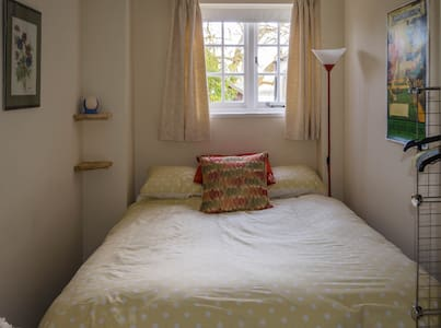 Pretty room in riverside cottage. - Romsey