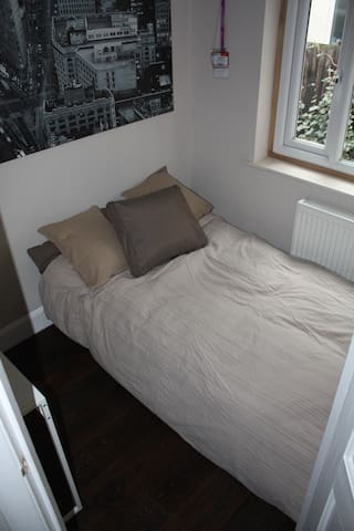 Cosy bedroom Wimbledon - London