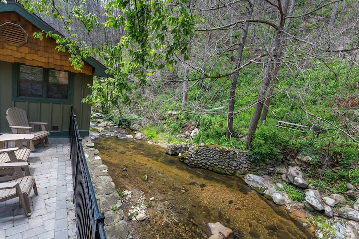 Waterfront/See And Hear Rushing Water/Hot Tub/.9 Miles 2 Downtown Gatlinburg