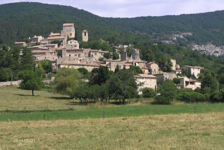 Maison dans un village médiéval - Le Poët-Laval