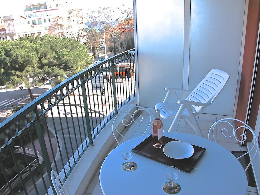 Amplia terraza con mesa para comer ahí
