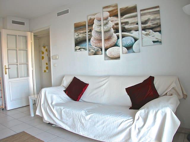 Sofa-cama comfortable en el  salón