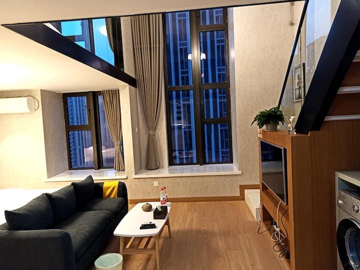 天鹅湖临湖挑高落地窗高端公寓,现代家电北欧风,双床家庭商务房近银泰中心,新地中心。
