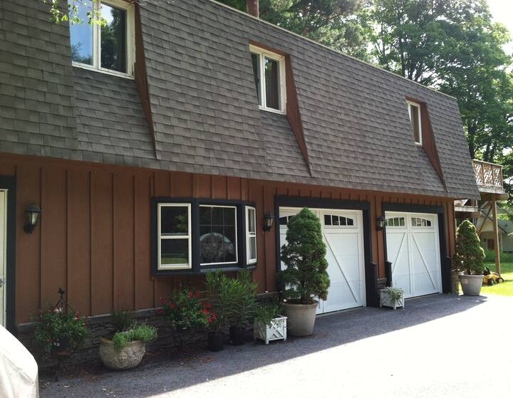 Two Seperate Living Areas-Saratoga Lake Retreat