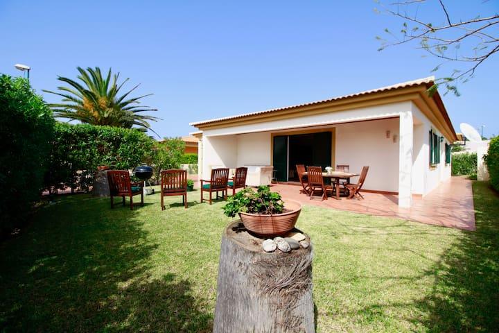 Casa das Ondas. Beach villa. WiFi. Garden
