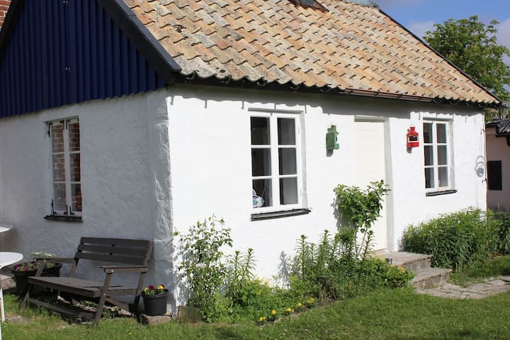 Liten gårdsstuga vid Torekovs hamn - Båstad V - Blockhütte