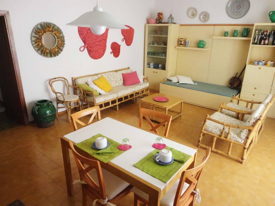 ampio e luminoso soggiorno
