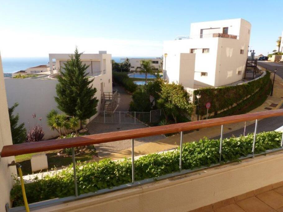 Uitzicht op het zwembad. Vanaf het terras
