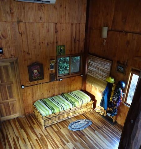 Sicht vom oberen Schlafzimmer auf den unteren Stock mit Ausziehbett