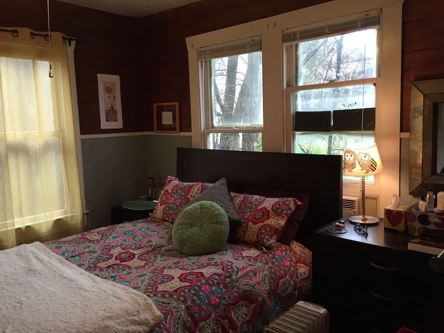 Bedroom w queen size bed.