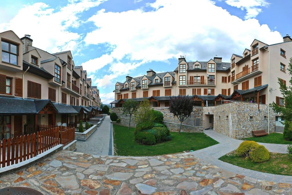 Urbanización tranquila con espacios verdes, y vistas a la montaña