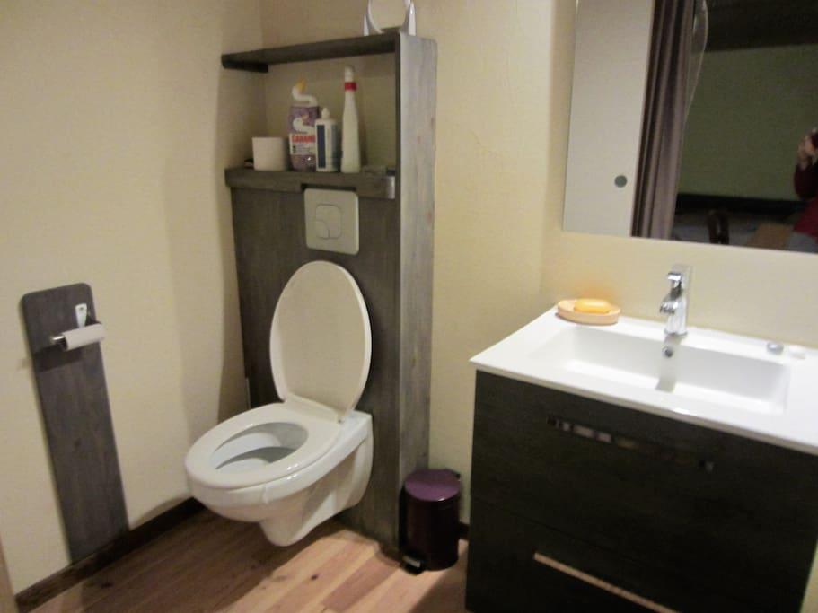 Cabinet de toilette attenant à la chambre mansardée