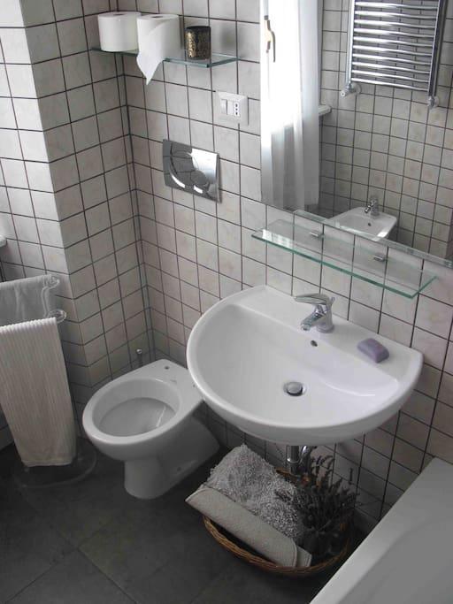particolare bagno / nuovo/ pieno sole