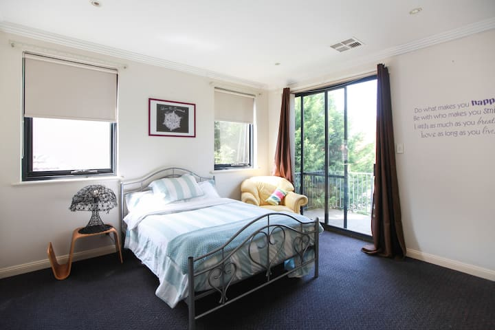 Great room close to beach & city
