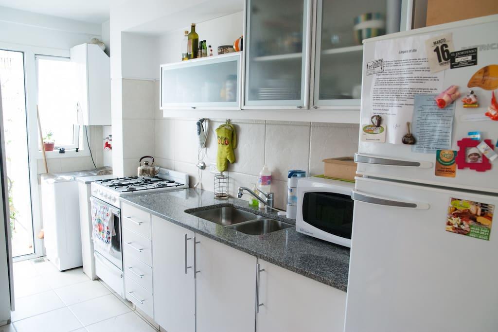 Cocina con lavadero con salida al balcón