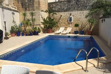 Elite Townhouse with Modern Amenities Discerning - Ħaż-Żebbuġ - Villa