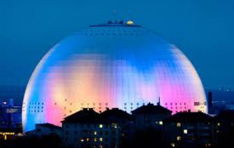 GLOBEN Promenadavstånd till Globen. En arena som varje år tar emot miljoner människor och erbjuder shower med världens främsta artister och events.