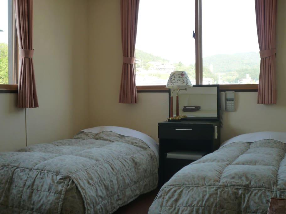 羽毛布団を利用したシンプルなお部屋。