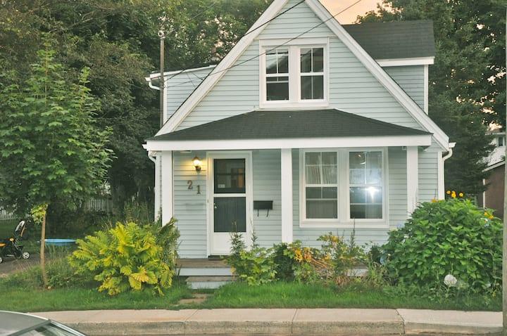 Esher House: quaint, city cottage