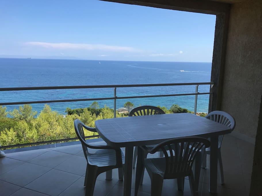 Terrasse couverte 15m2 vue sur île italienne Capraïa