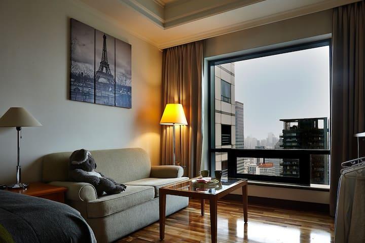 大片的窗景,高樓的視野,在你一天疲憊的旅行之後,泡個咖啡,坐在沙發上,靜靜的欣賞窗外的台中夜景,住房也可以是種溫馨浪漫的享受喔。