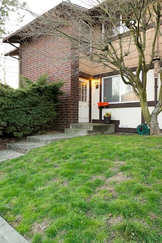 Newly remodeled 2 bed townhouse!