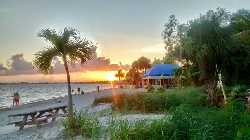 BnB 4 Min walk to Beach Flip Flops Yacht Club Area - Cape Coral - Bed & Breakfast