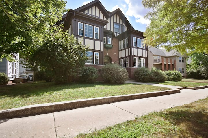 Tudor on Green - 4 Blocks from downtown Urbana
