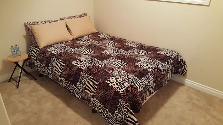Rustic private room with queen bed in NW Edmonton