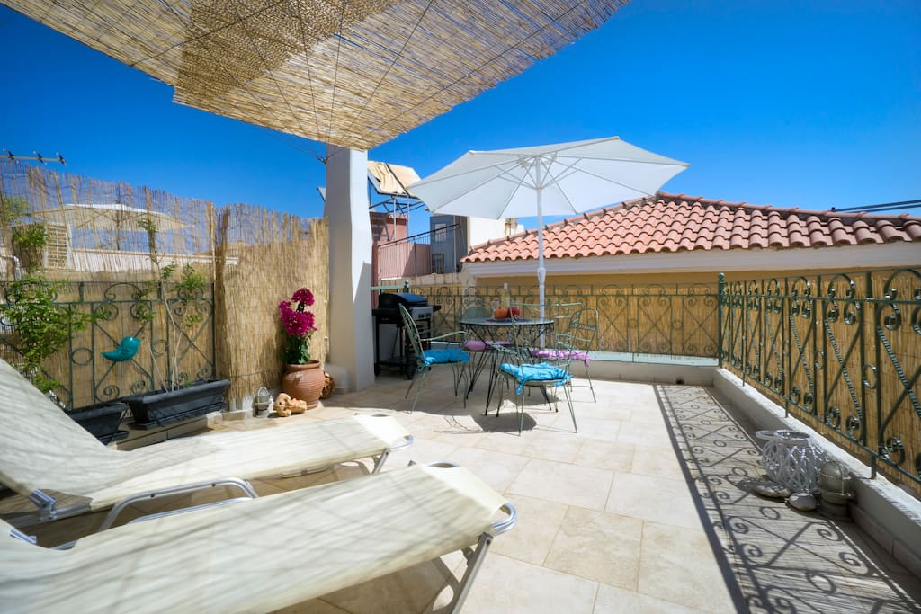 Roof top terrace with sunbeds, BBQ, umbrella, dinette