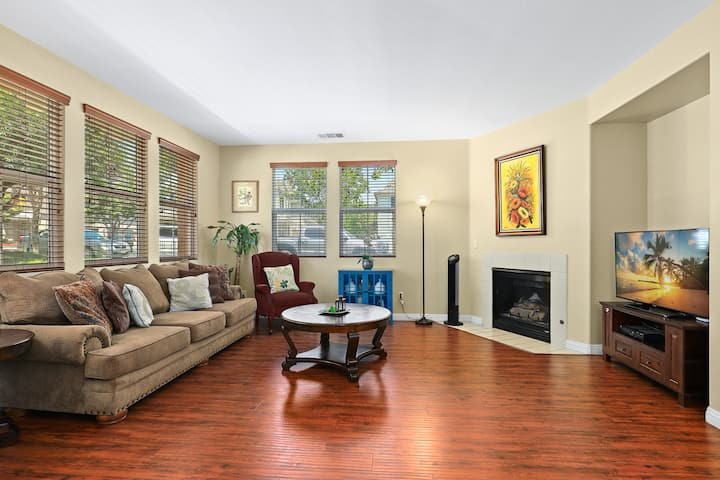 Cozy 3Be/2.5Ba TownHouse-walk to Victoria Garden