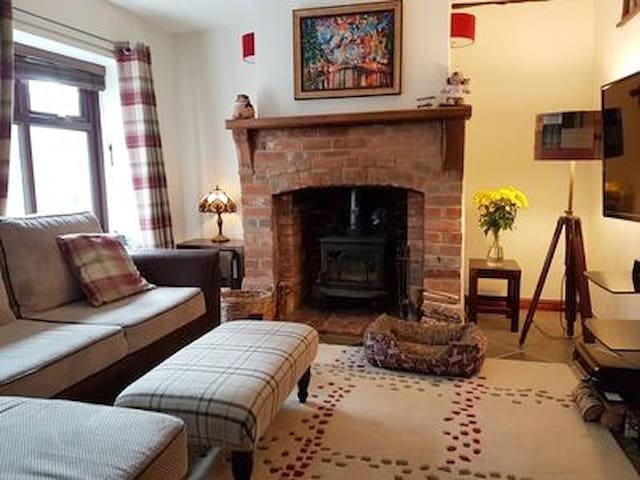 Holiday Cottage Escape with Woodburing Stove. - Whitchurch
